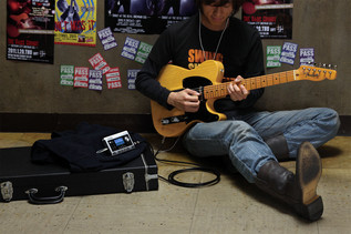 br-80_guitar_player_gal
