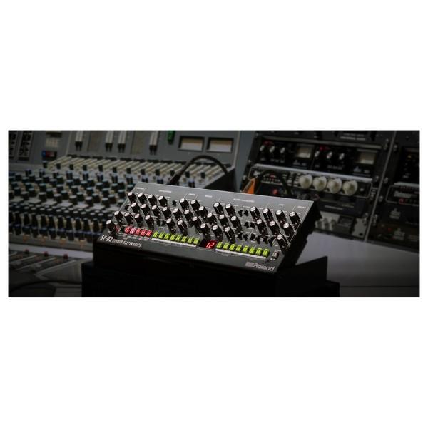 Roland SE-02 Analogue Synthesizer - Lifestyle 1