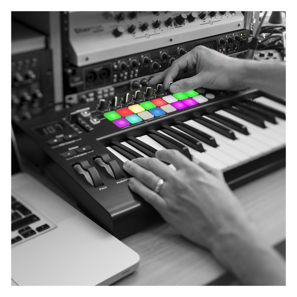 Novation LaunchKey 25 MK2 with Deluxe Keyboard Bag - Lifestyle